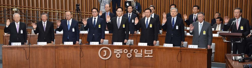 12월6일 박근혜 정부의 최순실 등 민간인에 의한 국정농단 의혹 사건 진상규명을 위한 국정조사특별위원회 1차 청문회가 6일 서울 여의도 국회에서 열렸다.이날 대기업 총수 9명이 출석했다.강정현 기자