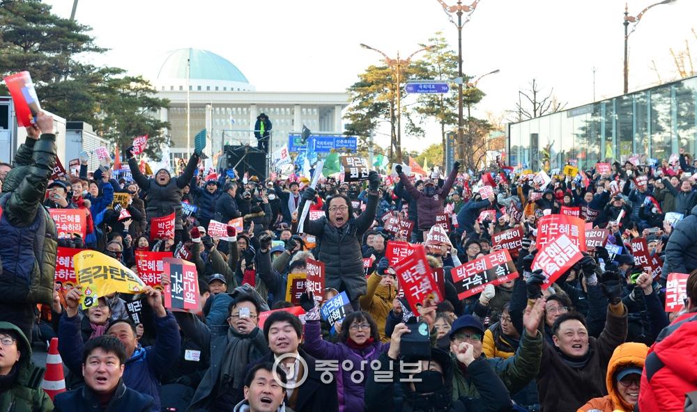 12월9일 박근혜 대통령 탄핵안이 국회 가결된 직 후 시위에 참여한 시민들이 환호하고 있다.우상조 기자