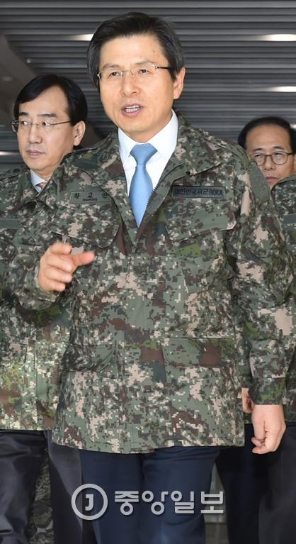 12월11일 박근혜 대통령에 대한 탄핵소추안 가결은 두번째 대통령 권한대행을 만들었다. 황교안 대통령 권한대행이 군의 안보태세 점검을 위해 11일 오후 서울 용산구 합동참모본부에 들어서고 있다.[사진=총리실]