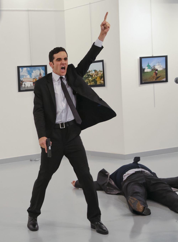 """12월19일 12월19일(현지시간) 터키 앙카라 현대미술관에서 안드레이 카를로프 주터키 러시아 대사가 전직 경찰 메블뤼트 알튼타시가 쏜 총에 맞아 숨졌다. 알튼타시는 총을 쏜 뒤 하늘을 향해 왼손 검지를 치켜든 채 """"(시리아)알레포를 잊지 말라""""고 외쳤다. 그는 현장에서 사살됐다. 이날 독일 베를린에선 대형 트럭이 크리스마스 시장을 덮쳐 12명이 숨지고 48명이 다쳤다. [AP=뉴시스]"""