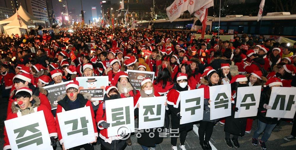 12월24일 촛불집회는 크리스마스 이브인 12월24일에도 이어졌다.이날 참가자들은 산타복장을 하고 나와 박 대통령 퇴진을 요구했다.강정현 기자