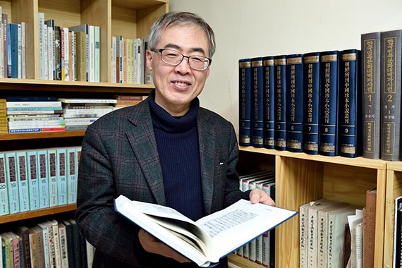 우리 옛말 사전 편찬에 일생을 바치고 있는 박재연 선문대 교수. 조선시대 중국소설이 한국어로 번역되는 과정을 연구하다 사전 편찬에 관심을 갖게 됐다. .고어대사전.은 22년 만의 결실이다. [사진 선문대]