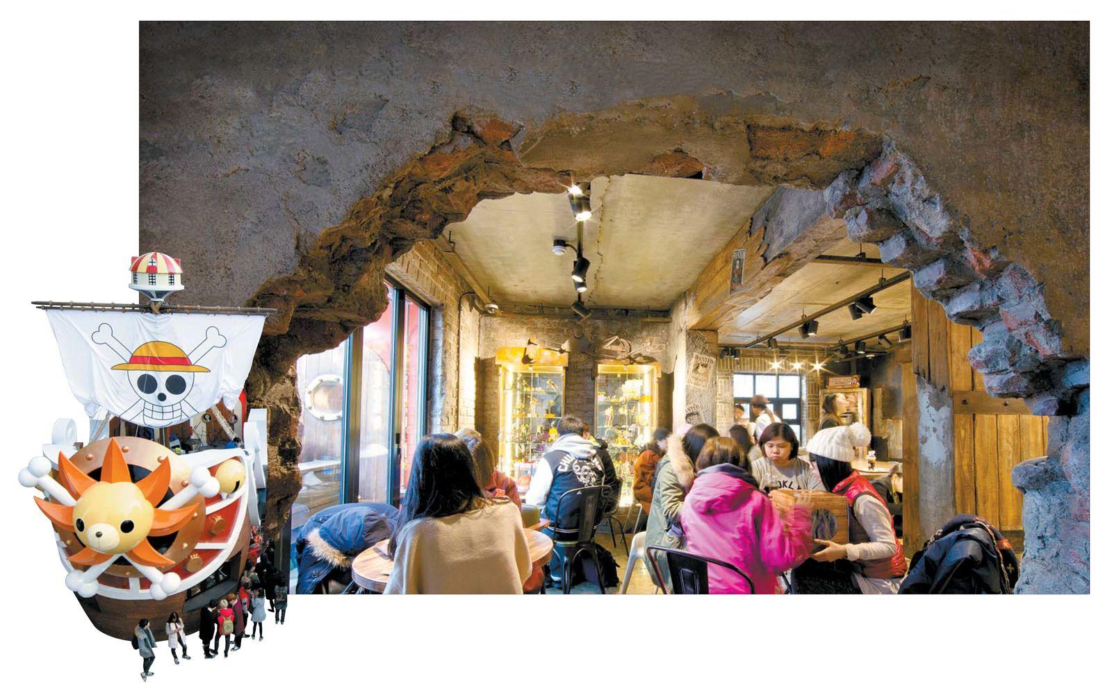 일본의 인기 만화시리즈 '원피스'를 테마로 한 캐릭터 카페 '카페 드 원피스'. 동굴 안에 들어선 듯 꾸며진 내부는 만화 포스터와 피규어로 장식돼 있다.