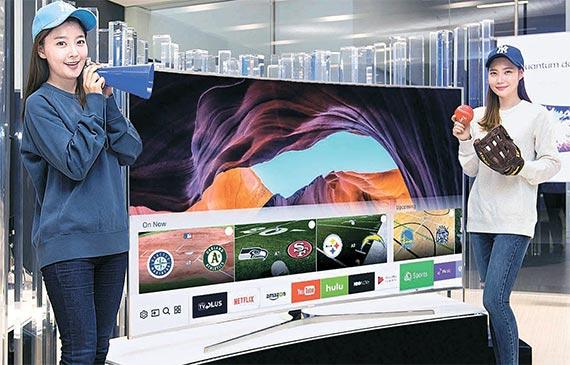 삼성전자 모델들이 다음달 미국 라스베이거스에서 열리는 소비자가전전시회(CES)에서 공개될 스마트TV의 새 서비스 '스포츠'를 소개하고 있다. [사진 삼성전자]