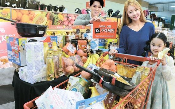 27일 롯데마트 서울역점에서 모델들이 '100대 상품 가격제안 캠페인'을 알리고 있다. [사진 롯데마트]