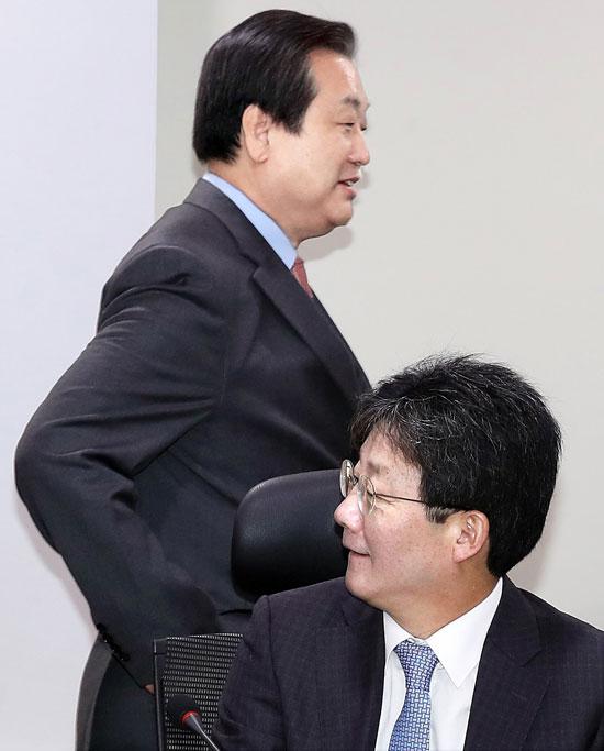 유승민 의원(오른쪽)이 김무성 전 새누리당 대표와 지난 23일 창당준비위 회의에 참석하고 있다.[중앙포토]