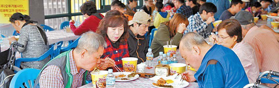 오뚜기 봉사단이 한국조리과학고와 함께 지난 10월 14일 광명장애인종합복지관에서 진행한 밥차 자원봉사활동 모습. [사진 오뚜기]