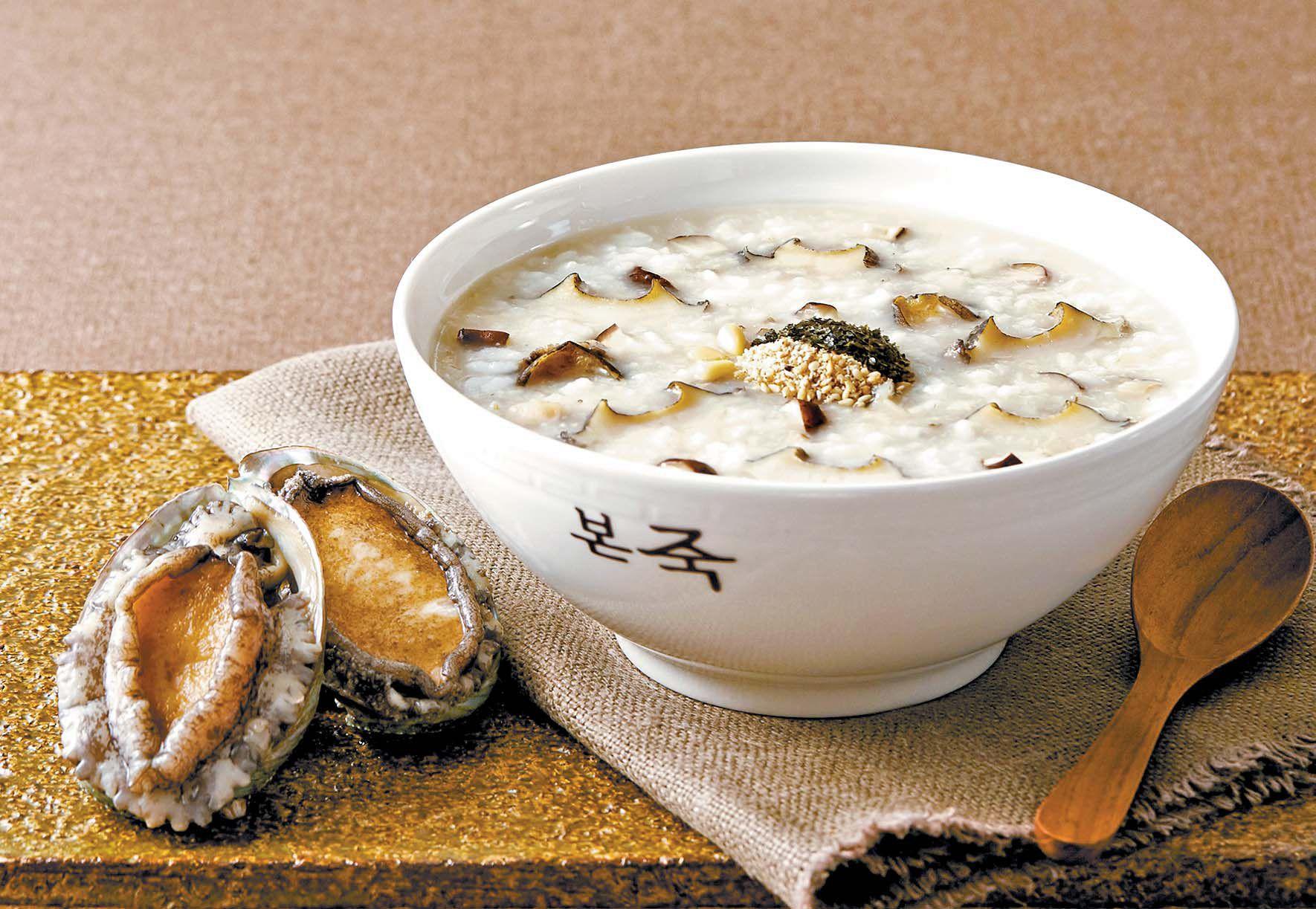 한국인이 속이 불편할 때 찾는 대표적인 음식 중 하나가 바로 '죽'이다. 죽은 곡물을 많은 양의 물과 함께 오랜 시간 끓이기 때문에 소화가 잘되고 위에 자극이 없어 불편한 속을 달래는 데 효과적인 음식이다. 사진은 본죽의 전복죽 이미지. [사진 본아이에프]