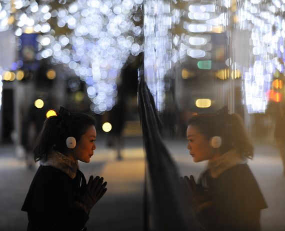 일본 도쿄 롯폰기에서 한 여성이 혼자 크리스마스 장식물을 살펴보고 있다. [도쿄 신화사=뉴시스]