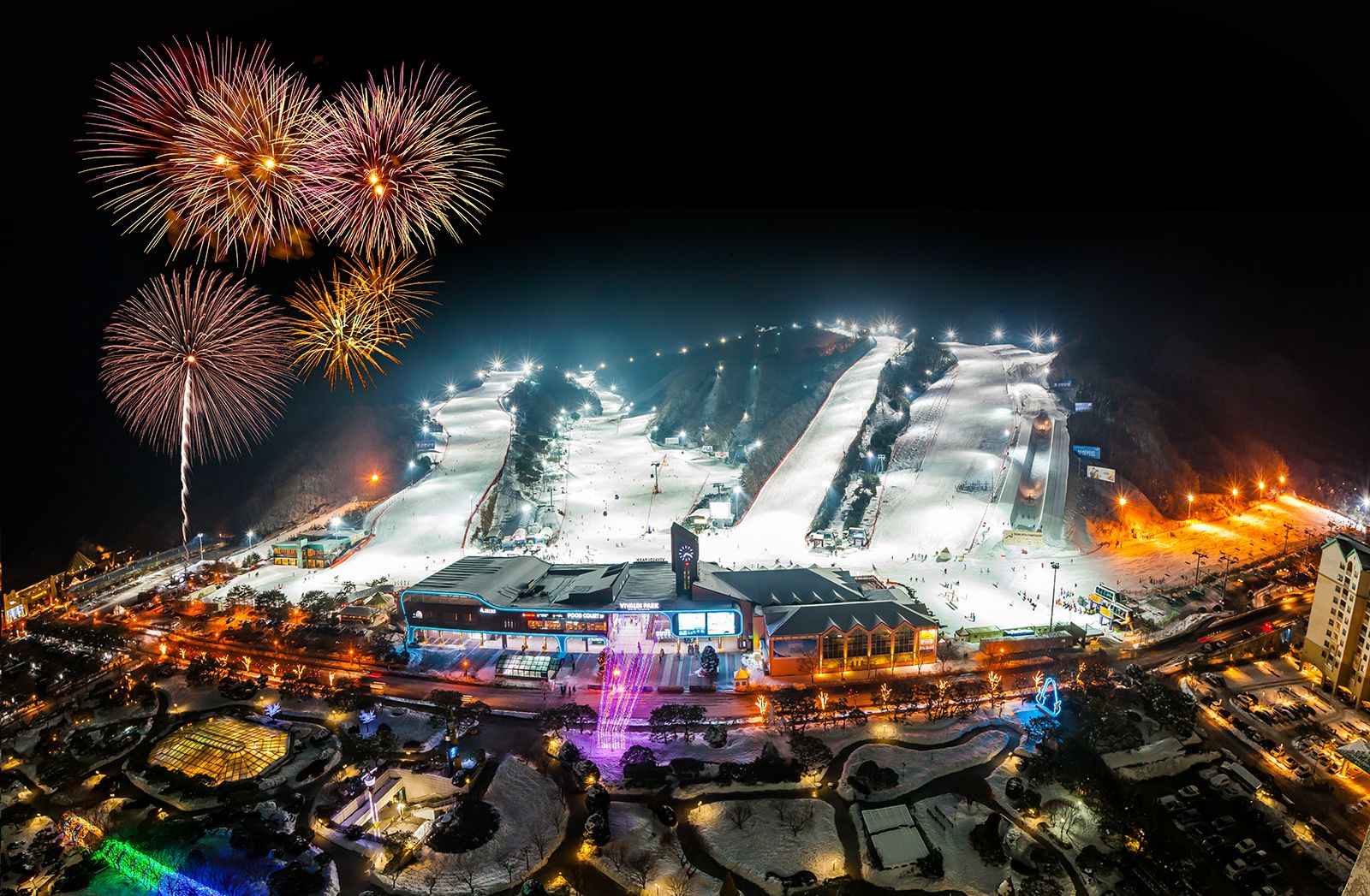 비발디파크 스키월드의 밤은 낮보다 화려하다. 슬로프는 은빛으로 반짝이고 콘서트·불꽃놀이 등 볼거리가 많아 지루할 틈이 없다. 지난 23일부터 별빛축제도 시작했다.