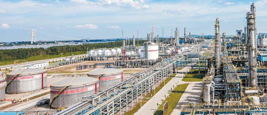 SK종합화학이 중국 국영 석유기업인 시노펙과 중국 우한에 설립한 에틸렌 합작 공장 전경. 연간 약 250만t의 유화제품을 생산하는 총 투자비 3조3000억원 규모의 초대형 프로젝트로 SK그룹의 중국 사업 중 최대 성과로 꼽힌다. [사진 SK이노베이션]