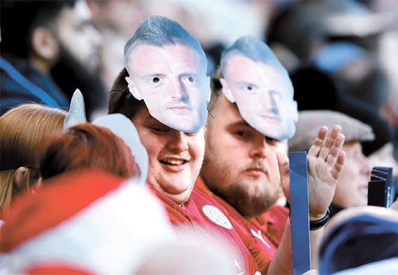 27일 에버턴 전에서 제이미 바디 가면을 쓰고 응원하고 있는 레스터시티 팬들. [레스터 AP=뉴시스]