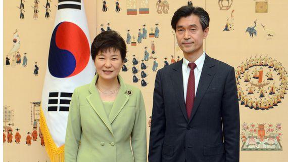 박근혜 대통령이 2015년3월27일 오후 청와대에서 열린 대사 신임장 수여식 후 모철민 주프랑스 대사와 기념촬영을 하고 있다. [청와대사진기자단]