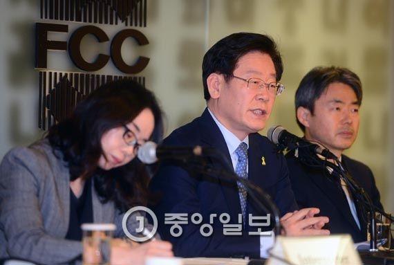 이재명 성남시장이 27일 오후 서울 중구 프레스센터에서 열린 외신기자클럽 간담회에서 모두 발언을 하고 있다. [뉴시스]