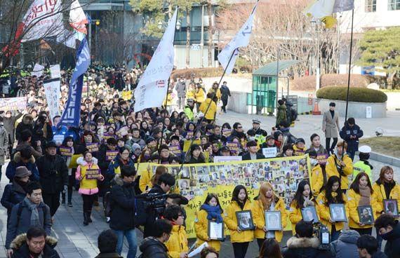 28일 오후 서울 종로구 구 일본대사관 앞에서 시민들이 올해 마지막 '일본군 위안부 문제 해결촉구 수요집회'를 마치고 외교부 방향으로 행진하고 있다. [뉴시스]