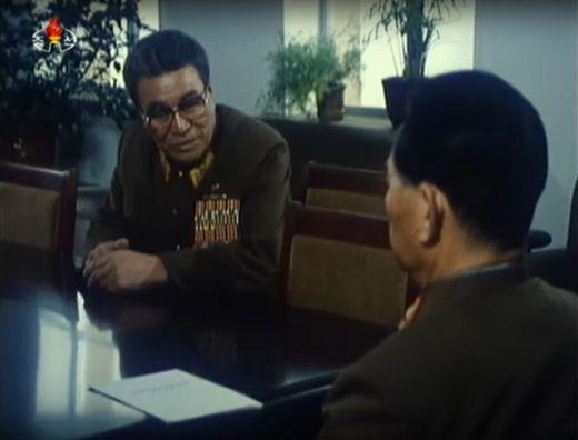 북한 영화 `백옥`에서 최광 총참모장이 오진우 인민무력부장에게 군사동향을 보고하고 있다. [사진 조선중앙TV 캡처]