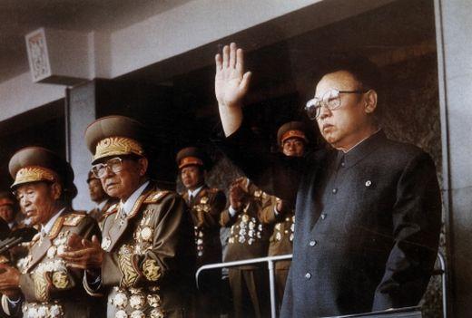 최광(사진 가운데) 인민무력부장이 1995년 10월 김일성광장에서 열린 조선노동당 창건 50주년 기념 행사에서 김정일(사진 오른쪽), 이을설(사진 왼쪽) 등과 함께 박수를 치고 있다. [사진 노동신문]