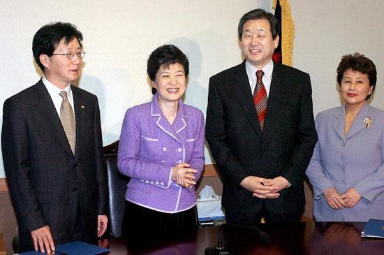 2005년 1월 한나라당 염창동당사에서 박근혜 당시 대표(왼쪽에서 둘쨰)가 신임 당직자들에게 임명장을 수여하고 있다. 제일 오른쪽이 전여옥 당시 대변인. [중앙포토]