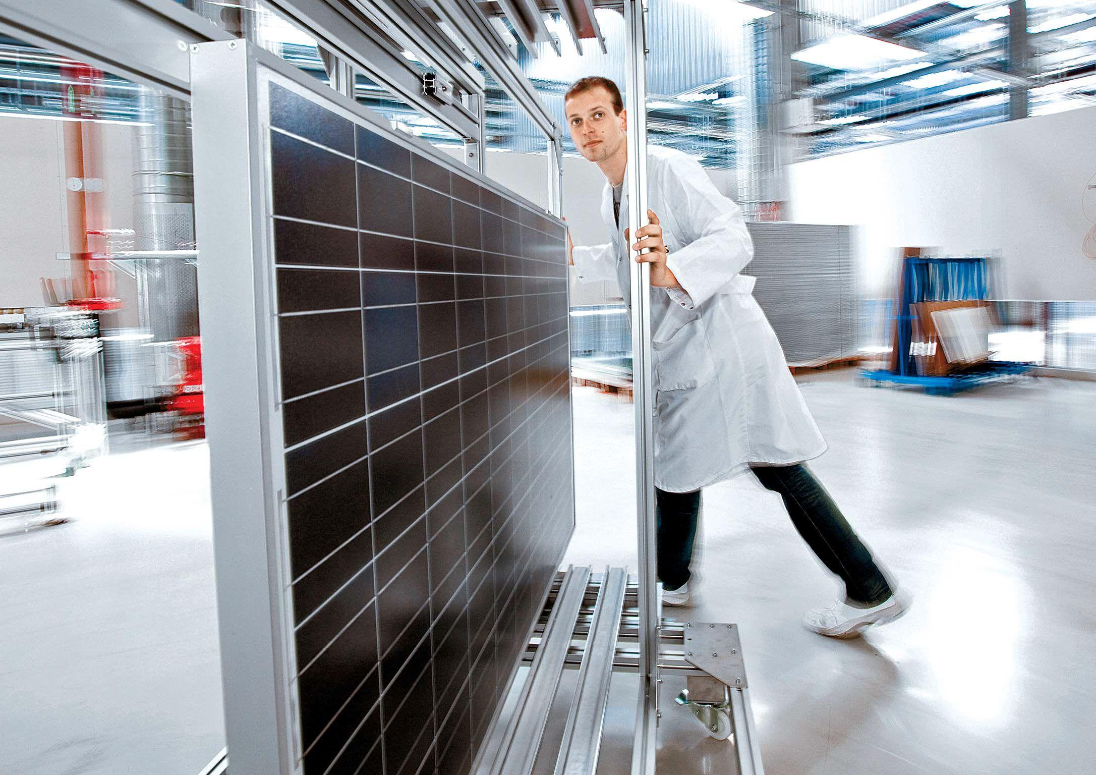 태양광 셀 생산규모 기준 세계 1위의 기업인 한화큐셀은 올해 매출 목표 3조원, 영업이익 10%를 무난히 달성할 것으로 전망된다. 독일 라이프치히 인근 탈하임에 있는 한화큐셀 글로벌 연구개발(R&D센터)에서 연구원이 완성된 태양광 패널 시제품을 옮기고 있다. [사진 한화큐셀]