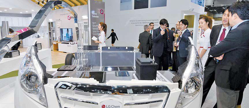 LG화학의 전기차용 배터리가 탑재된 자동차 모형. LG화학은 올해 2차전지 분야에 약 8000억원 규모의 설비투자를 진행했다. LG화학 전지부문은 상반기에 전년 같은 기간에 비해 16.2% 증가한 1조6234억원의 매출을 달성했다. [사진 LG]