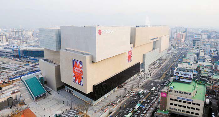 신세계백화점은 6대 프로젝트의 완성을 위해 지난 수년간 1조4000억원 규모의 투자를 진행했으며 2만 명의 직·간접 채용효과를 거뒀다. 사진은 지난 15일 오픈한 대구신세계 전경. [사진 신세계백화점]