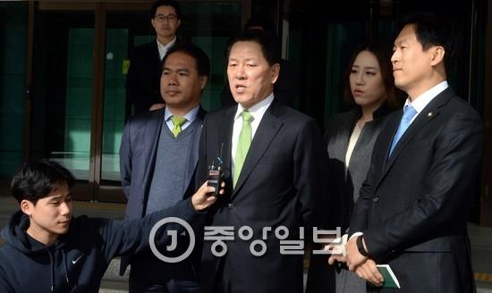 국민의당 신임 원내대표로 뽑힌 주승용 의원(가운데)