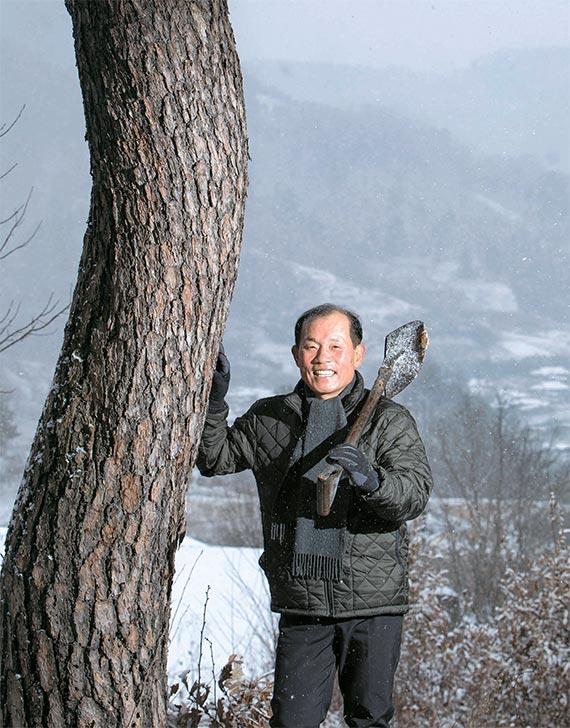 """김웅씨가 자신의 산에서 """"귀산을 하려면 철저한 준비가 필요하다""""고 말했다. 그는 30년 직장생활을 정리하고 2013년 귀산했다. [무주=프리랜서 오종찬]"""