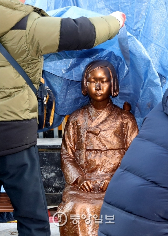 28일 부산 일본영사관 앞에서 소녀상을 설치한 시민단체 회원들과 경찰이 대치하고 있다가 동구청 철거반원들이 연좌농성 시위자들이 한 명씩 경찰에 연행 한 뒤 설치 4시간 만에 소녀상을 철거했다. 부산=송봉근 기자