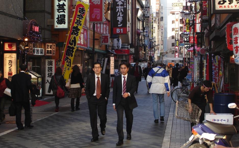 일본 정부의 설문조사 결과 하루 최소 1번 외출을 하는 사람은 평일 80.9%, 휴일 59.9%인 것으로 드러났다.