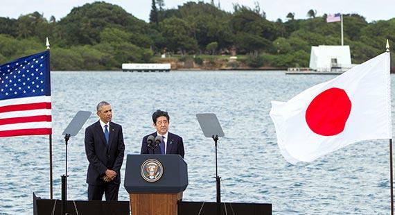 아베 일본 총리(오른쪽)가 오바마 미 대통령과 함께 28일 하와이 진주만을 찾아 화해의 힘을 강조하는 연설을 했다. 오른쪽 위 건물은 일본이 진주만 기습 당시 침몰한 애리조나 전함 선상의 애리조나기념관. [AP=뉴시스]