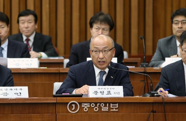 문형표 국민연금재단 이사장이 지난달 30일 국정조사에 출석해 질의에 응답하고 있다. [중앙포토]