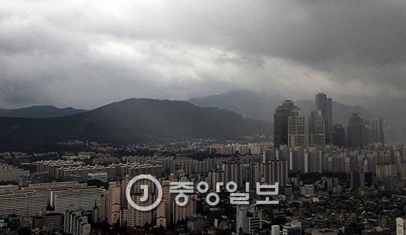 내년 한국경제엔 큰 어려움이 예상된다. 올해 활황세를 보인 주택시장도 불안하다. 사진은 서울 강남구 삼성동 무역센터에서 바라본 강남 일대. [중앙포토]