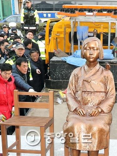 지난 28일, 동구청 철거반원들이 일본 총영사관 앞 소녀상을 철거하고 있다.