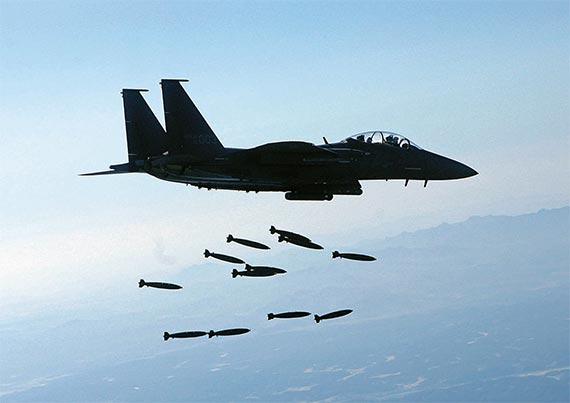2016년 공군 탑건 김학선 소령이 조종하는 F-15K 전투기는 최신 항법 및 조준장비(타이거아이) 등을 갖춰 주·야간 정밀 폭격이 가능하다. F-15K가 MK-82 폭탄을 투하하고 있다. [사진 공군]