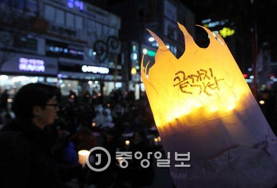 31일 대구시 중구 동성로 대중교통전용지구에서 촛불집회가 열렸다. 박근혜 대통령과 국정농단사태 관련자의 처벌을 촉구하는 시민이 촛불을 밝히고 있다. 프리랜서 공정식
