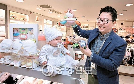 롯데백화점의 김경식 대리가 한 달여 뒤에 태어날 아이를 위해 유아용품을 고르고 있다. 김 대리는 출산과 동시에 1개월의 의무 육아휴직에 들어간다. [사진 임현동 기자]