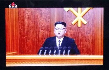 북한 김정은 노동당 위원장이 육성으로 2017년 신년사를 발표하고 있다. 지난해 선보였던 뿔테 안경과는 다른 안경이다. [사진 조선중앙TV 화면 촬영]