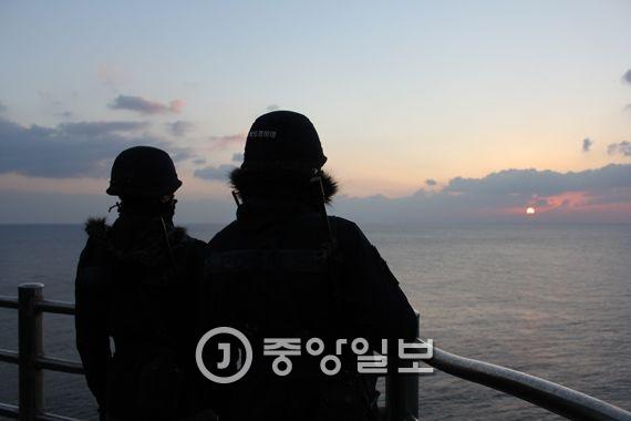 1일 오전 대한민국 최동단 독도에서 독도경비대원들이 떠오르는 태양을 바라보고 있다. [사진 경북지방경찰청]