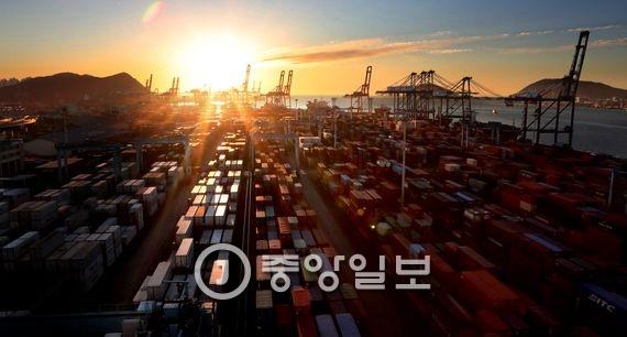 지난해 12월30일 우리나라 대표적인 수출입 컨테이너 전용부두인 부산항 감만부두 일출 모습.송봉근 기자
