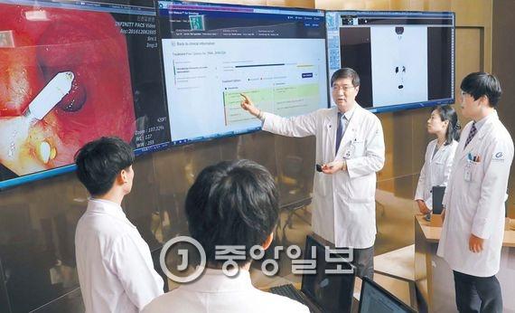 인천시 가천대 길병원 본관 1층 IBM 왓슨 인공지능 암센터에서 백정흠(외과) 교수가 학생들과 직장암 3기 환자의 수술 후 항암치료 일정을 논의하고 있다. 왓슨은 환자의 각종 진료정보를 종합해 향후 치료 일정을 조언하는 인공지능 의사다. 왓슨 같은 인공지능이 4차 산업혁명을 이끌 것으로 전문가들은 내다보고 있다. 장진영 기자