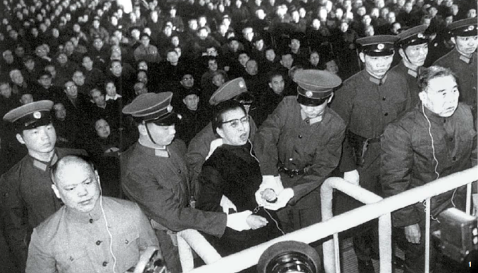 마오쩌둥 사망 후 체포된 장칭은 반혁명집단 수괴 혐의로 사형선고를 받았지만, 2년간 집행이 유예되는 바람에 죽음은 면했다. 선고 직후 두 손에 수갑이 채워지는 장칭. 1981년 1월 25일 오전 9시 18분, 최고인민법원 법정. [사진=김명호 제공]