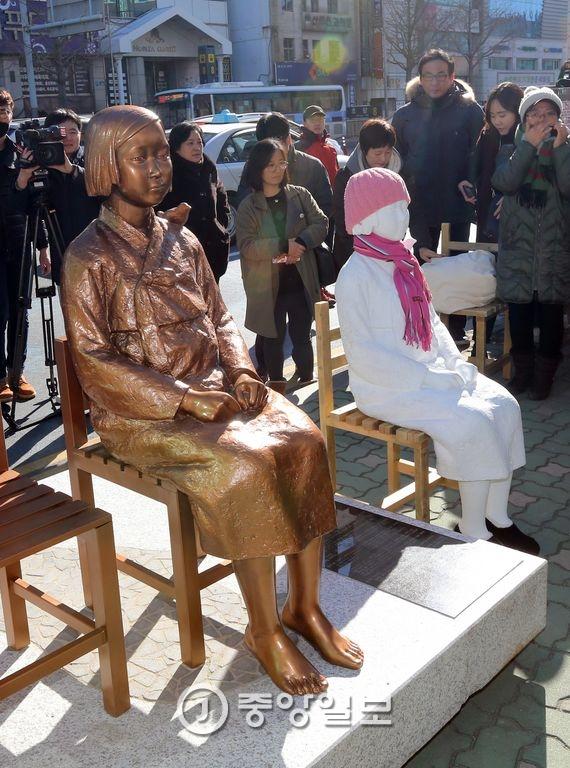 부산 동구 일본영사관 앞에 설치된 평화의 소녀상. 송봉근 기자