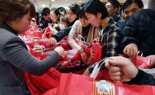 2일 오전 복주머니 `후쿠부쿠로(福袋)`를 사려는 고객들이 몰려든 미츠코시백화점 니혼바시 본점. [니혼게이자이신문]