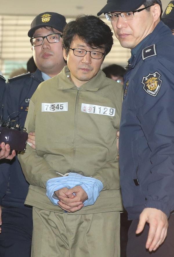 류철균(필명 이인화) 이화여대 교수가 박영수 특검 조사를 마친 뒤 구치소로 향하고 있다. 류 교수는 최순실의 딸 정유라에게 학점 특혜를 제공한 혐의로 3일 구속됐다. [중앙포토]