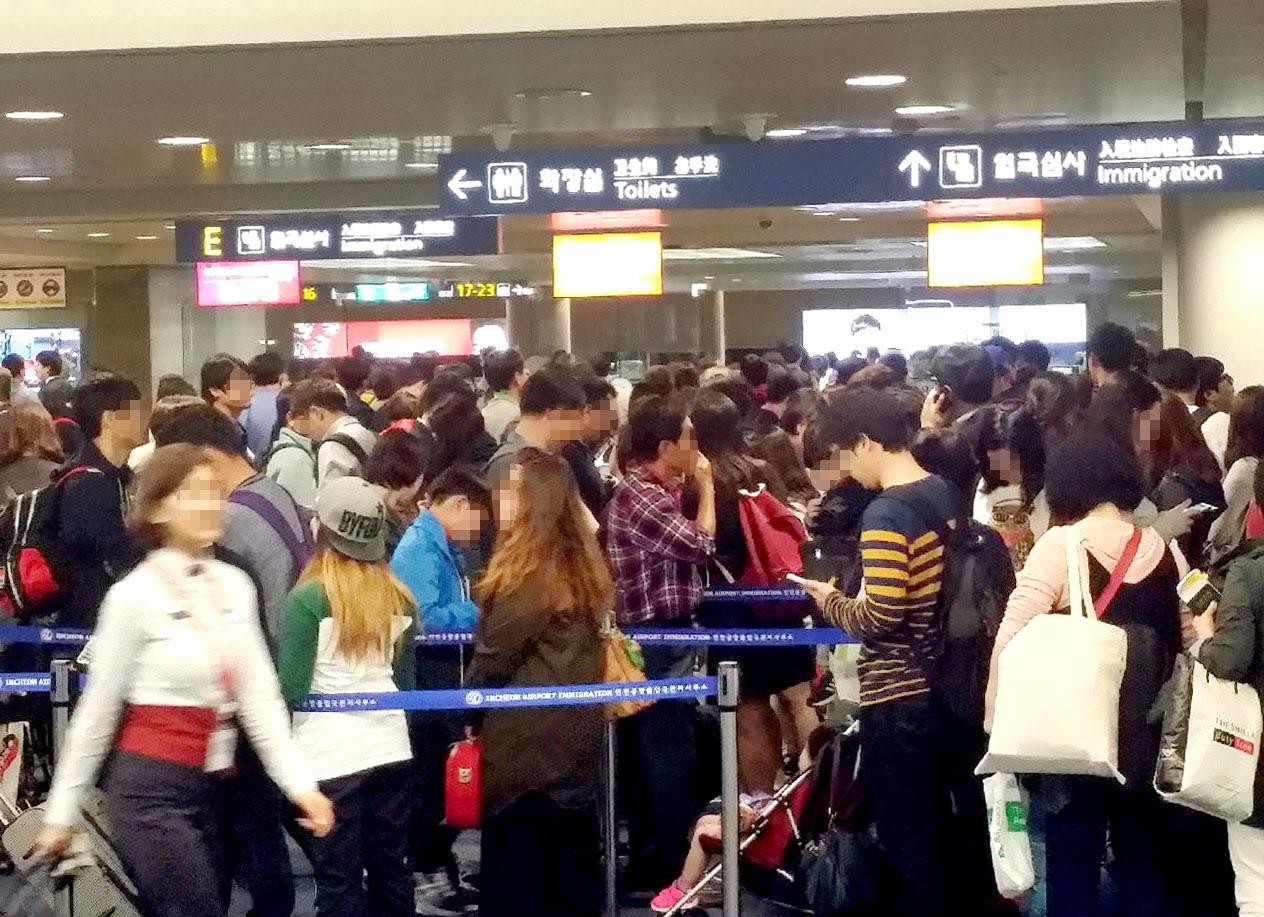 인천국제공항에서 외국인들이 입국 심사를 받기 위해 길게 줄을 선 모습 [사진 인천공항공사]