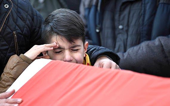 터키 클럽 총격 테러 희생자의 장례식에서 한 소년이 추모 경례를 하고 있다. [이스탄불 AP=뉴시스]