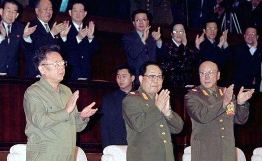 2006년 1월 북한 국방위원회로 주최로 열린 설날 경축공연장에서 김정일 국방위원장(사진 왼쪽), 김영춘 총참모장, 김일철 인민무력부장(사진 오른쪽)이 박수를 치고 있다. [사진 노동신문]