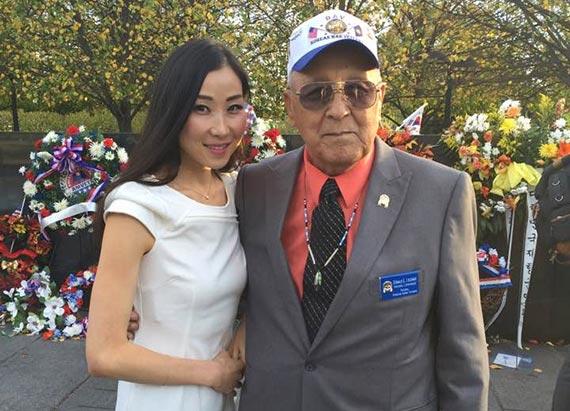한나 김(왼쪽)씨가 지난해 5월 미국 현충일을 맞아 워싱턴의 한국전쟁 참전용사 기념공원에서 던 라 우드너 아메리칸인디언 참전용사협회장을 만났다.