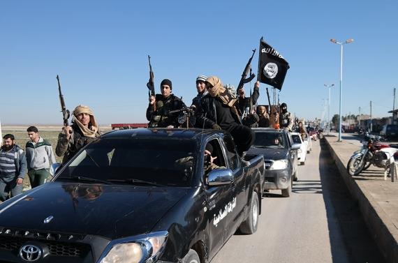 극단주의 무장조직인 이슬람국가(IS) 병사들이 차를 타고 이동하고 있다. [사진 AP]