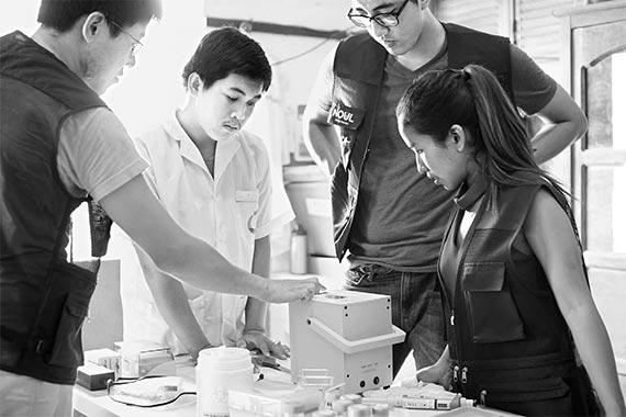 노을 관계자가 캄보디아에서 말라리아 진단 키트 사용법을 설명하고 있다. [각사 취합]
